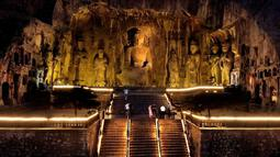 Foto hasil bidikan dari udara pada 7 Juli 2020 menunjukkan wisatawan mengunjungi Kuil Fengxian di Gua Longmen, sebuah lokasi wisata berpanorama menawan di Luoyang, Provinsi Henan, China. Berbagai bentuk tur malam hari di Luoyang menarik banyak wisatawan dan mendongkrak perekonomian. (Xinhua/Li An)