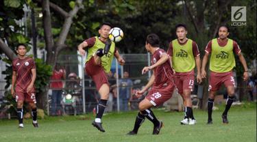 Pemain Persija, Ismed Sofyan (kedua kiri) berebut bola saat latihan resmi jelang laga melawan Arema pada lanjutan Liga 1 Indonesia 2018 di Lapangan B Kompleks GBK, Jakarta, Jumat (30/3). Laga akan dihelat Sabtu (31/3). (Liputan6.com/Helmi Fithriansyah)