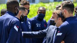 Pada kesempatan yang sama, Macron juga memuji kualitas Benzema sebagai pemain sepak bola dan betapa senangnya dirinya setelah Benzema kembali bergabung dengan Les Blues. (Foto: AFP/Pool/Franck Fife)