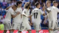 Pemain Real Madrid merayakan gol Mariano (kiri) ke gawang Villarreal pada lanjutan La Liga, di Santiago Bernabeu, Minggu (5/5/2019). (AFP/Javier Soriano)