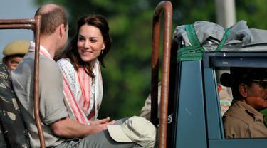 Pangeran William bersama Kate Middleton duduk di atas jeep untuk melihat binatang yang berkeliaran di Kaziranga National Park, Assam, India, Rabu (13/4/2016). William dan Kate akan melakukan tur selama seminggu di India dan Bhutan. (AFP Photo/Biju Boro)