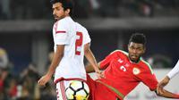 Bek Timnas Uni Emirat Arab, Mohamed Saleh Barghash Jaralla Al Menhali (putih). (AFP/Giuseppe Cacace)