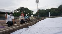 Sektretaris Kemenpora, Gatot S Dewo Brata saat meninjau renovasi Stadion Sriwedari Solo yang bakal menjadi salah satu calon lapangan pendmaping untuk Piala Dunia U-20.(Liputan6.com/Fajar Abrori)