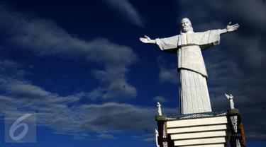 Patung Kristus Raja di situs Pekabaran Injil di Pulau Mansinam, Manokwari, Papua Barat, Senin (15/08). Situs ini diresmikan Presiden RI ke 6, Susilo Bambang Yudhoyono pada 24 Agustus 2014 lalu. (Liputan6.com/HelmiFithriansyah)