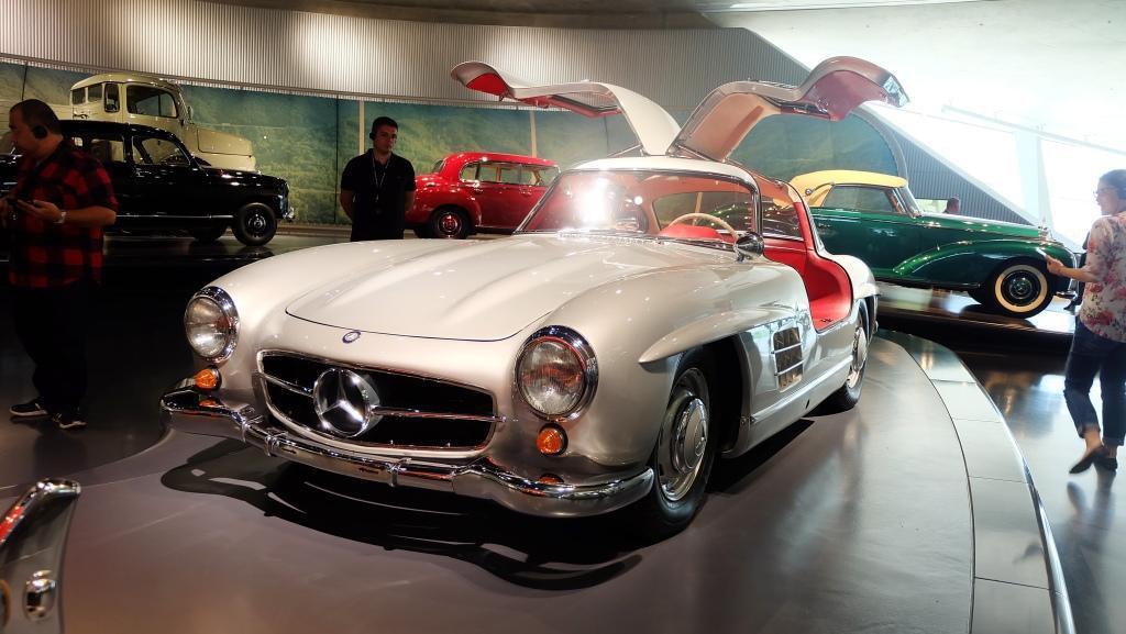 Mercedes-Benz 300 SL, dibuat antara 1954 sampai 1963 sebanyak 3.258 unit. Satu aspek yang paling menarik dari mobil ini adalah ia memakai pintu gull-wing. (Foto: Rio/Liputan6).