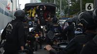 Sebuah truk polisi membawa sejumlah orang saat unjuk rasa memperingati May Day atau Hari Buruh di kawasan Patung Kuda, Jakarta, Sabtu (1/5/2021). Polisi mengamankan sejumlah massa yang diduga mahasiswa dalam aksi unjuk rasa tersebut. (merdeka.com/Imam Buhori)