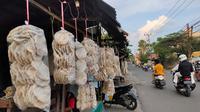 Deretan bungkusan kemplang bakar Palembang yang dipajang di sepanjang Jalan Pipa Reja Palembang Sumsel (Liputan6.com / Nefri Inge)