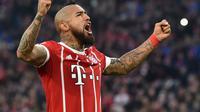 Gelandang Bayern Munchen, Arturo Vidal, setelah mencetak gol ke gawang Augsburg pada laga lanjutan Bundesliga, Sabtu (18/11/2017). (AFP/Christof Stache).