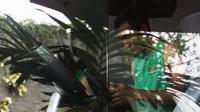 Pemain Timnas Indonesia, Hansamu Yama, melihat handphone saat berada di Hotel Grand Zuri, Jawa Barat, Senin (5/11). Pemusatan ini dilakukan sebagai persiapan jelang Piala AFF 2018. (Bola.com/Vitalis Yogi Trisna)