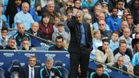 Salah satu ekspresi pelatih Chelsea Jose Mourinho ketika menyaksikan laga Premier League antara anak-anak didiknya dan Manchester City, di Etihad Stadium, Minggu (16/8/2015), yang berakhir 3-0 untuk City. (EPA/PETER POWELL)