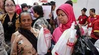 Sejumlah warga berhasil mendapatkan barang yang mereka butuhkan saat pasar murah Kemendag berlangsung, Jakarta, Kamis (25/6/2015). Kegiatan ini untuk memudahkan masyarakat mendapatkan kebutuhan pokok murah selama Ramadan. (Liputan6.com/Faizal Fanani)