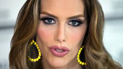 Miss Universe Spanyol, Angela Ponce ketika melakukan wawancara di Madrid, 10 Juli 2018. Model berusia 27 tahun yang lahir di Sevilla, Spanyol ini mengambil keputusan untuk melakukan operasi transeksual di tahun 2014. (AP/Paul White)