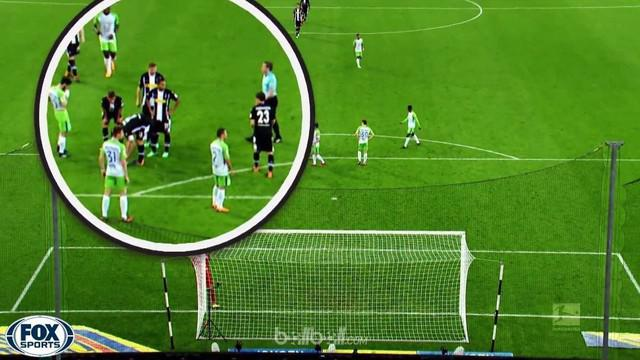 Berita video free kick unik Borussia Monchengladbach hasilkan gol torehan Christoph Kramer saat melawan Wolfsburg di Bundesliga 2017-2018. This video presented by BallBall.