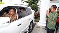 Presiden Joko Widodo berikan salam pada Prabowo Subianto usai mengadakan pertemuan, di Istana Bogor, Jawa Barat, Kamis (29/1/2015). Kedatangan Prabowo untuk bersilaturahmi dengan Jokowi. (Liputan6.com/Faizal Fanani)