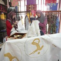 Jangan cuma mendadak pakai batik di Hari Batik, ikuti jejak para penyandang disabilitas di Kampoeng Batik Palbatu. (Fimela.com/Bambang E. Ros)