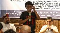 Aktivis 98 Adian Napitupulu (tengah) berbicara dalam diskusi sekaligus syukuran kemenangan capres-cawapres nomor urut 01 Joko Widodo atau Jokowi dan Ma'ruf Amin versi quick count di Jakarta, Minggu (21/4). Diskusi bertajuk 'Setelah Menang Mau Apa?'. (Liputan6.com/JohanTallo)