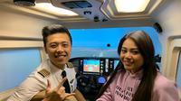 Pilot Vincent Raditya bersama Aurel Hermansya di dalam pesawat Cessna (Dok.Instagram/@vincentraditya/@https://www.instagram.com/p/Bx7BcG_FlvB/Komarudin)