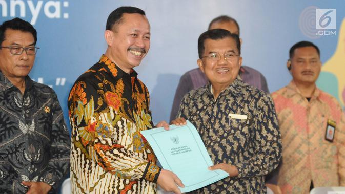 Wakil Presiden Jusuf Kalla menerima surat rekomendasi dari Ketua Komnas HAM, Ahmad Taufan Damanik selama peringatan ari Hak Asasi Manusia (HAM) internasional 2018 di kantor Komnas HAM, Jakarta, Selasa (11/12). (Liputan6.com/Angga Yuniar)