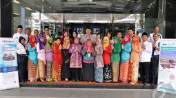 Seluruh jajaran Direksi dan Staf BCA Syariah Cabang Jatinegara mengenakan busana kebaya untuk memperingati Hari Pelanggan Nasional, Jakarta, Kamis (9/4/2014) (Liputan6.com/Miftahul Hayat)