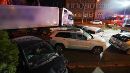 Sebuah truk curian menabrak mobil-mobil yang berhenti di lampu merah di distrik kota Limburg, Jerman, Senin (7/10/2019). Kepolisian Limburg menyebut sopir yang menabrakkan truk curian itu telah ditahan. (Photo by Thorsten Wagner / dpa / AFP)