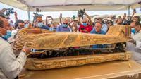 Menteri pariwisata dan barang antik Mesir, Khaled al-Anani (kiri), dan Mostafa Waziri (kanan), sekretaris jenderal Dewan Tertinggi Purbakala, membuka sarkofagus yang digali di pekuburan Saqqara. (AFP / Khaled Desouki)