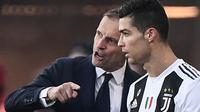 Pelatih Juventus, Massimiliano Allegri, memebrikan arahan kepada Cristiano Ronaldo saat melawan Atalanta pada laga Serie A di Stadion Atleti Azzurri, Rabu (26/12). Kedua tim bermain imbang 2-2. (AFP/Marco Bertorello)