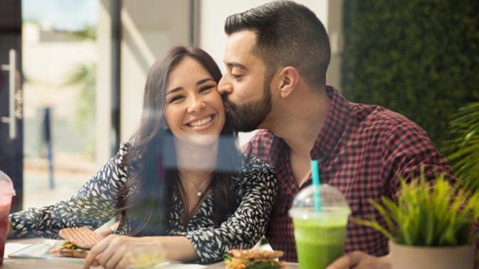 Arti Di Balik 7 Macam Sentuhan Pria Pada Wanita Yang Dicintainya Lifestyle Fimela Com