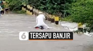 Seorang pengendara motor terbawa arus banjir di Vijayapura, India. Ia berhasil menyelamatkan diri setelah berenang ke tempat yang aman.
