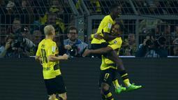 Striker Dortmund, Pierre-Emerick Aubameyang, merayakan gol ke gawang Bayern Munchen pada laga Piala Super Jerman di Stadion Signal Iduna Park, Dortmund, Sabtu (5/8/2017). Bayern Munchen menang adu penalti 5-4 atas Dortmund. (AFP/Patrik Stollarz)