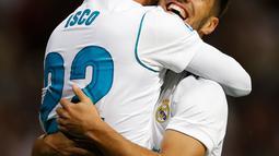 "Pemain Real Madrid, Marco Asensio (kanan) dan rekan setimnya, Francisco Roman ""Isco"" merayakan gol ke gawang Eibar dalam lanjutan La Liga pekan kesembilan di Stadion Santiago Bernabeu, Minggu (22/10). Madrid menang tiga gol tanpa balas (AP/Francisco Seco)"