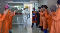 Para petugas medis menyambut dengan tepuk tangan atas pemulihan bayi berusia 45 hari di Rumah Sakit Prof. Cemil Tascioglu Okmeydani di Istanbul, Turki, Selasa (12/5/2020). Bayi itu keluar dari ICU rumah sakit tersebut setelah menjalani perawatan infeksi COVID-19 selama sembilan hari. (Xinhua)