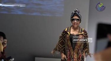 Menteri Susi Pudjiastuti tampil sebagai model di peragaan busana desainer kenamaan, Anne Avantie dalam perhelatan Jakarta Fashion Week (JFW) 2019,