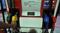BPH Migas menyatakan kuota BBM bersubsidi tinggal 1,7% atau 782.000 kiloliter dari total yang dianggarkan dalam APBN-P 2014. Salah satu petugas bersiap mengisi bahan bakar minyak di salah satu SPBU di Jakarta, Rabu (24/12). (Liputan6.com/Miftahul Hayat)