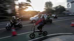 Pesepeda melintasi jalur sepeda di Jalan MH Thamrin - Sudirman, Jakarta, Rabu (22/7/2020). Direktur Jenderal Perhubungan Kemenhub Darat Budi Setiyadi mengatakan dan menargetkan aturan Regulasi untuk menjamin keselamatan pesepeda terbit pada Agustus mendatang. (Liputan6.com/Johan Tallo)