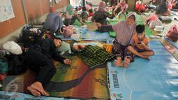 Pengungsi banjir beristirahat di Masjid Universitas Borobudur, Cipinang Melayu, Jakarta, Senin (20/2). Korban banjir di kawasan Cipinang Melayu mengungsi ke Masjid Universitas Borobudur diperkirakan lebih dari 400 orang. (Liputan6.com/Yoppy Renato)