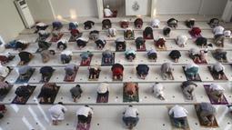 Umat muslim melaksanakan salat Idul Adha dengan menerapkan jaga jarak untuk mencegah penularan virus corona COVID-19 di Masjid Zona Madina, Bogor, Jawa Barat, Selasa (20/7/2021). Umat muslim Indonesia melewati Hari Raya Idul Adha tahun ini di tengah gelombang COVID-19. (AP Photo/Tatan Syuflana)