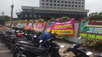 Puluhan karangan bunga berjejer di sekitar Gedung KPK, Jakarta Selatan, Selasa (17/9/2019). Karangan bunga itu sebagai ucapan selamat kepada Firli Bahuri cs yang terpilih menjadi pimpinan KPK periode 2019-2023. (Fachrur Rozie/Liputan6.com)