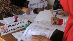 Petugas PPS Kelurahan Menteng mengecek Daftar Pemilih Tetap (DPT) di Kelurahan Menteng, Jakarta, Rabu (17/10). Enam bulan sebelum Pemilu 2019, KPU DKI Jakarta menyelenggarakan Gerakan Pengecekan DPT Serentak. (Merdeka.com/Imam Buhori)