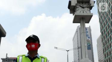 Petugas Transjakarta berdiri di perempatan Bank Indonesia jalan MH Thamrin, Jakarta, Senin (17/8/2020). Dalam rangka HUT ke-75 tahun Kemerdekaan Indonesia, masyarakat menghentikan aktivitas selama tiga menit sebagai bentuk penghormatan detik-detik proklamasi. (Liputan6.com/Helmi Fithriansyah)