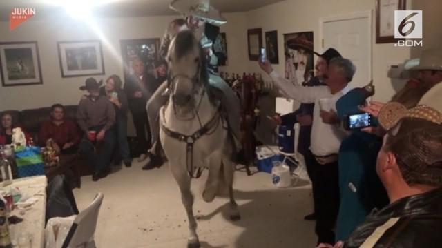 seekor kuda lincah menari di dalam ruangan untuk memeriahkan pesta ulang tahun.