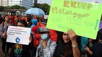 """Masyarakat dari """"Aliansi Masyarakat Sipil Tolak Rancangan KUHP"""" melakukan demontrasi di depan Gedung MPR/DPR, Jakarta, Senin (12/2). Mereka menolak RUU KUHP karena dianggap tidak demokratis. (Liputan6.com/Johan Tallo)"""