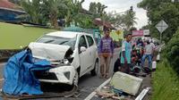 Tabrakan beruntun yang melibatkan empat kendaraan bermotor terjadi ruas jalan Wonosari - Yogyakarta, tepatnya di Putat Patuk Gunungkidul. (Liputan6.com/ Hendro Ary Wibowo)