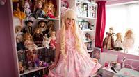 Wanita ini hobi berdandan layaknya boneka (mirror.co.uk)