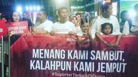 Keluarga pemain Timnas Indonesia U-22 menyambut kedatangan pasukan Luis Milla di Bandara Soekarno-Hatta, Rabu (30/8/2017). (Liputan6.com/Pramita Tristiawati)