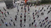 Para siswa yang memakai masker berbaris di halaman sebuah sekolah di Istanbul, Turki, 12 Oktober 2020. Setelah ketidakpastian selama berbulan-bulan di tengah wabah COVID-19, sekolah-sekolah di seluruh Turki dibuka secara parsial pada September lalu.(Xinhua/Osman Orsal)