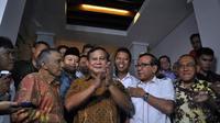 Prabowo hanya melambaikan tangan kepada sejumlah awak media yang berada di depan kediaman Akbar Tandjung, Jakarta, (10/9/14). (Liputan6.com/Miftahul Hayat)