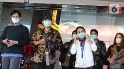 Sejumlah karyawan menggunakan masker saat keluar dari gedung kantor Bank BRI, Jakarta, Kamis (23/1/2020). BRI menyatakan telah melakukan pengendalian risiko keselamatan bagi pekerja BRI dengan memberikan masker untuk seluruh pekerja Kantor Pusat Bank BRI. (Liputan6.com/Herman Zakharia)