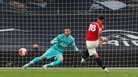 Gelandang Manchester United, Bruno Fernandes mencetak gol ke gawang Tottenham Hotspur yang dijaga Hugo Lloris, Sabtu (20/6/2020) WIB. (Dok. Twitter/Premier League)