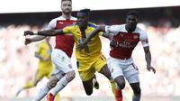 Aksi Wilfried Zaha yang kerap merepotkan pemain Arsenal pada laga lanjutan Premier League yang berlangsung di Stadion Emirates, Minggu (21/4). Arsenal kalah 2-3 kontra Crystal Palace. (AFP/Adrian Dennis)