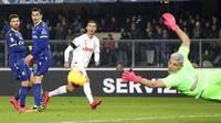 Striker Juventus, Cristiano Ronaldo, melepaskan tendangan saat melawan Hellas Verona pada laga Serie A di Stadion Marc'Antonio Bentegodi, Sabtu (8/2/2020). Juventus kalah 1-2 dari Hellas Verona. (AP/Paola Garbuio)